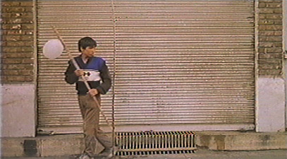 an analysis of the white balloon film Film was bādkonak-e sefīd (1995 the white balloon), about a young girl who wants to buy a goldfish but loses her money down a sewer drain the drama—which was written by kiarostami—earned panahi the caméra d'or, the prize for first-time directors.